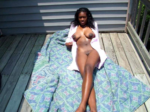 Naked ebony whores exposing her old..
